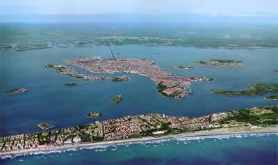 Vista de la ciudad de Venecia, y el Lido en primer plano